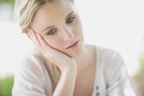 Blond sad woman , thinking - CUF00341