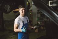 Portrait of smiling mechanic in his workshop - RAEF02020