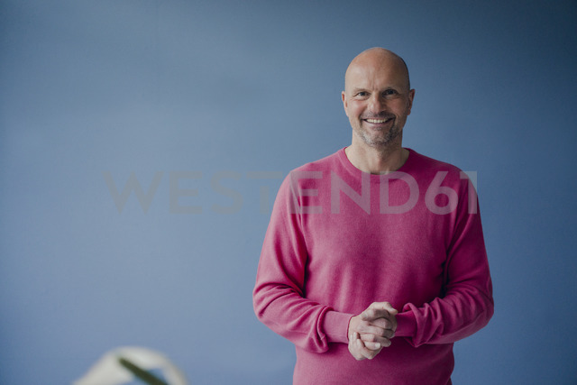Portrait of smiling mature man wearing pink pullover - KNSF03832