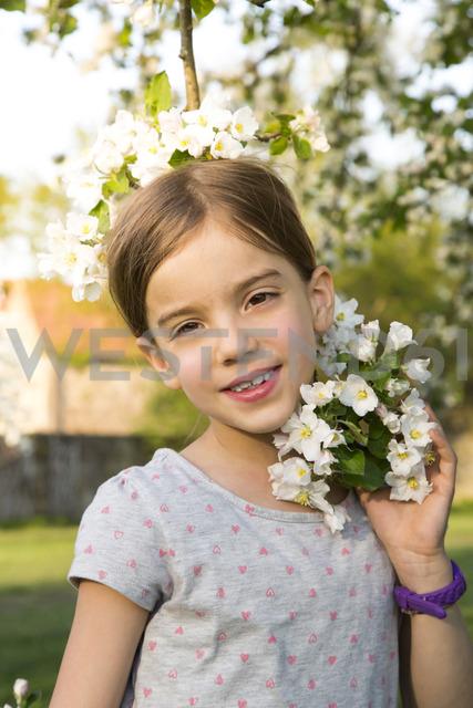 Portrait of smiling little girl with apple blossom - LVF06926 - Larissa Veronesi/Westend61