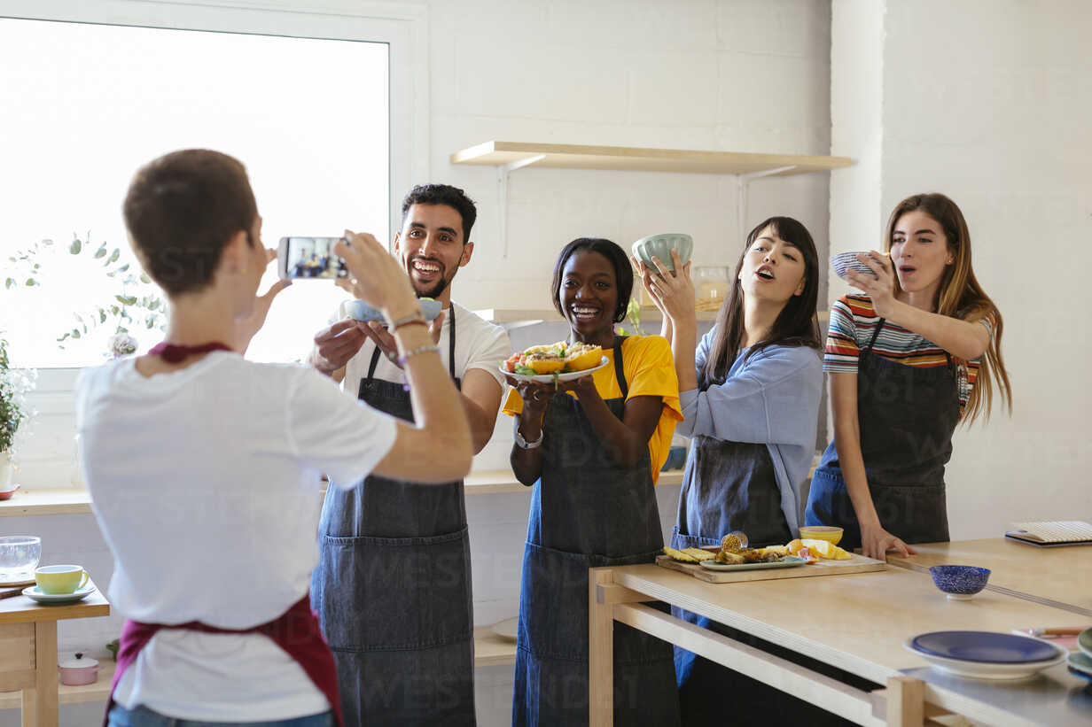 Instructor taking a picture of friends in a cooking workshop - EBSF02464 - Bonninstudio/Westend61