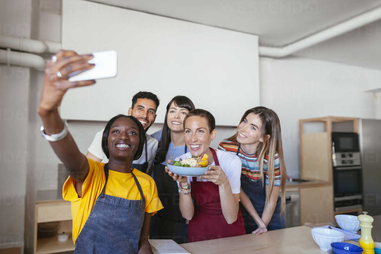 Friends and instructor in a cooking workshop taking a selfie - EBSF02479 - Bonninstudio/Westend61