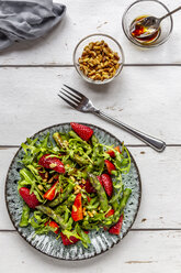 Salad of green asparagus, rocket, strawberries and pine nuts - SARF03713