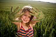 Girl with painted green hands - CUF00777