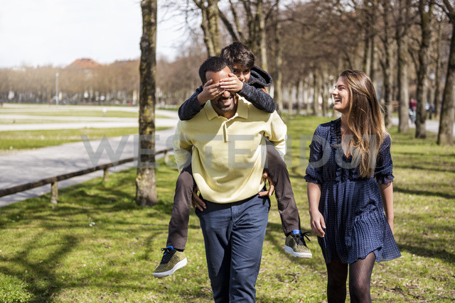 Happy family walking in a park - DIGF04144 - Daniel Ingold/Westend61