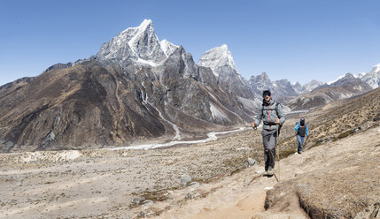Nepal, Solo Khumbu, Everest, Mountaineers walking to Dingboche - ALRF01055