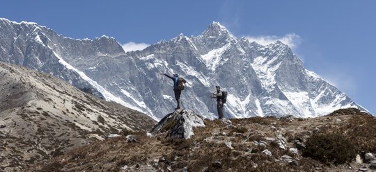 Nepal, Solo Khumbu, Everest, Group of mounaineers hiking at Dingboche - ALRF01073