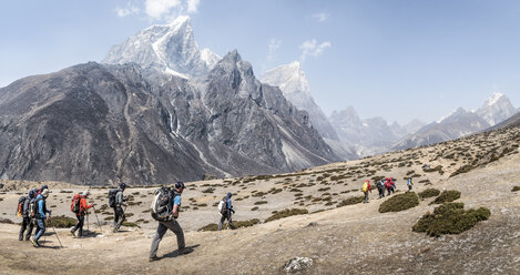 Nepal, Solo Khumbu, Everest, Group of mounaineers hiking at Dingboche - ALRF01085