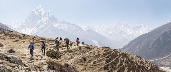 Nepal, Solo Khumbu, Everest, Group of mounaineers hiking at Dingboche - ALRF01088