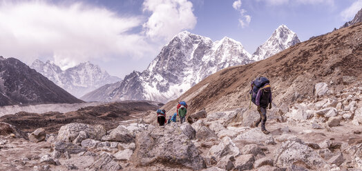 Nepal, Solo Khumbu, Everest, Group of mountaineers hiking at Lobuche - ALRF01094