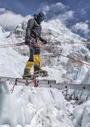 Nepal, Solo Khumbu, Everest, Mountaineers climbing on icefall - ALRF01109