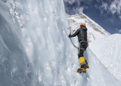 Nepal, Solo Khumbu, Everest, Mountaineers climbing on icefall - ALRF01115