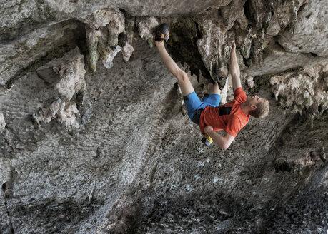 Thailand, Krabi, Lao liang island, man bouldering in rock wall - ALRF01184