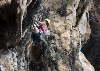 Thailand, Krabi, Thaiwand wall, woman climbing in rock wall - ALRF01190