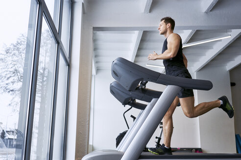 Man running on treadmill at gym - BSZF00308