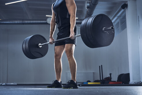 Athletic man doing deadlift exercise at gym - BSZF00317