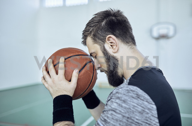 Man with basketball, closed eyes, indoor - ZEDF01379
