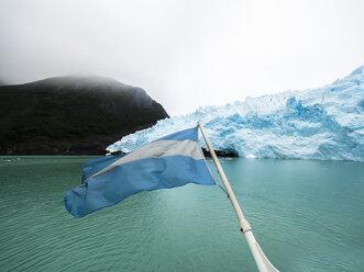 Argentina, Patagonia, El Calafate, Puerto Bandera, Lago Argentino, Parque Nacional Los Glaciares, Estancia Cristina, Spegazzini Glacier, Argentinian flag and iceberg - AMF05715