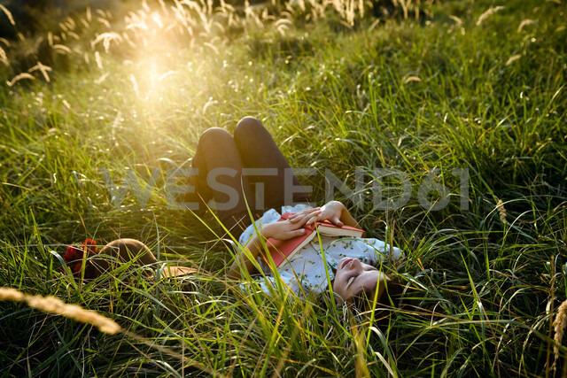 Woman sleeping in grass - CUF01695 - Chev Wilkinson/Westend61