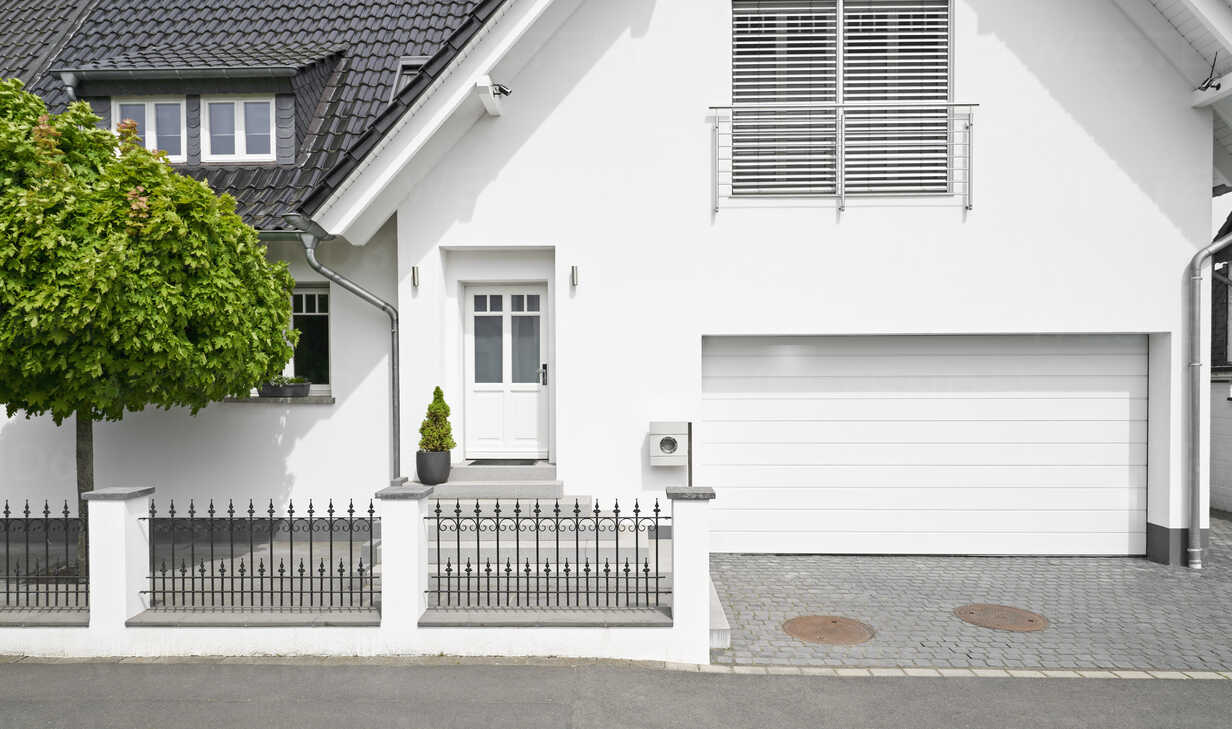 Germany, Cologne, white new built one-family house with garage - PDF01631 - Philipp Dimitri/Westend61