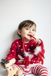 Portrait of smiling baby girl with reindeer antlers headband at Christmas time - GEMF01936