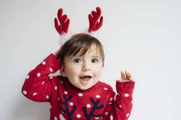 Portrait of baby girl with reindeer antlers headband at Christmas time - GEMF01939