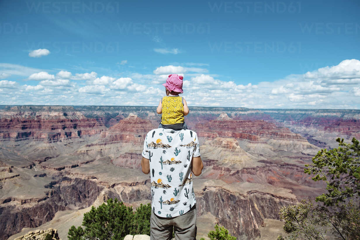 USA, Arizona, Grand Canyon National Park, father and baby girl enjoying the view - GEMF01948 - Gemma Ferrando/Westend61