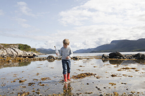 Boy with message in a bottle, Aure, More og Romsdal, Norway - CUF02519
