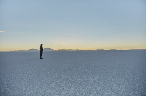 Woman standing on salt flats, looking at view, Salar de Uyuni, Uyuni, Oruro, Bolivia, South America - CUF02621