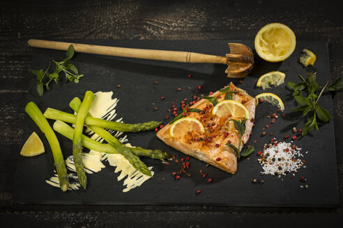 Salmon and green asparagus on slate - MAEF12586