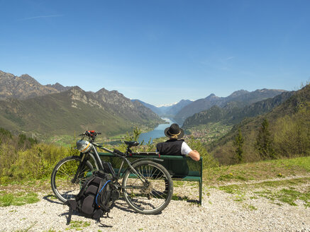 Italy, Lombardy, Senior hiker looking over Idro lake, Adamello Alps, Parco Naturale Adamello Brenta - LAF02026