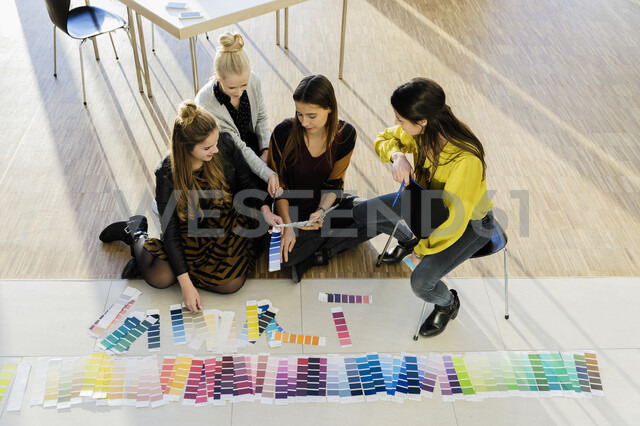 Colleagues sitting on floor working with colour swatches - CUF02811 - suedhang/Westend61