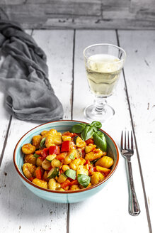 Salad of gnocchi, courgette, red bell pepper and basil - SARF03726