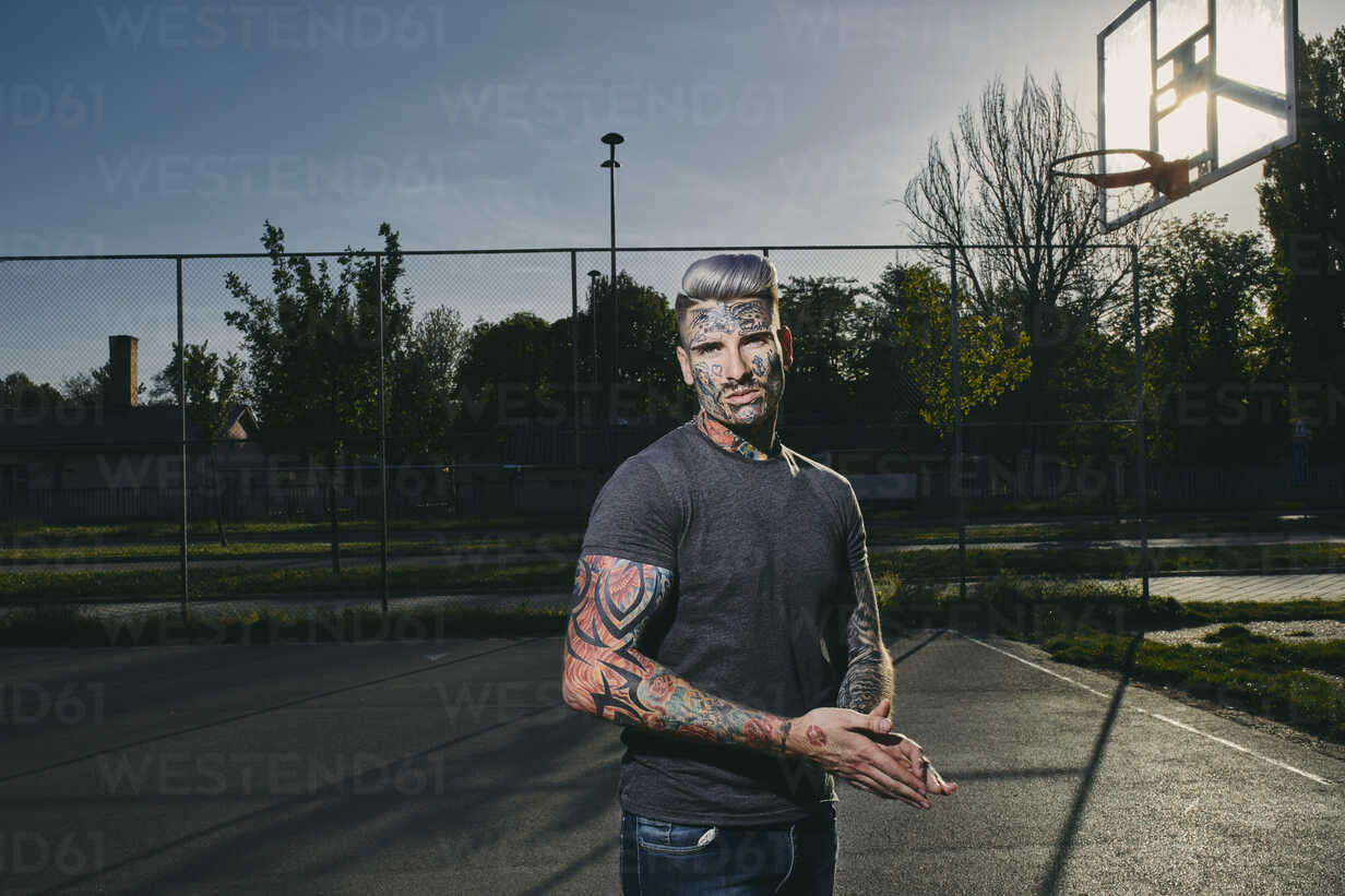 Portrait of tattooed young man on basketball court - ZEDF01428 - Zeljko Dangubic/Westend61