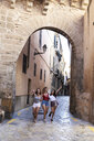 Spain, Mallorca, Palma, three happy young women exploring the city - IGGF00469