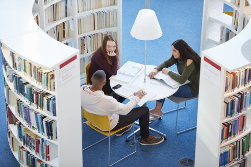 University students working in library - CUF06056