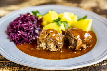 Beef roulade with potato and red cabbage on plate - SARF03755