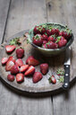 Whole and sliced organic strawberries - CZF00324
