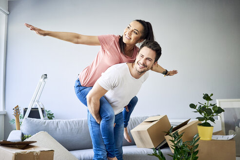 Carefree couple moving into new home - BSZF00403