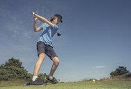 Boy playing golf - CUF08332