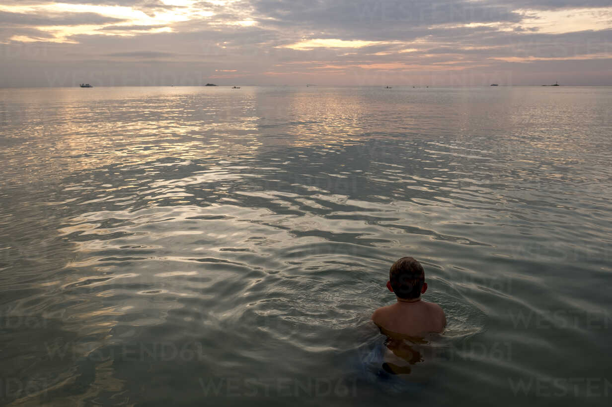 Thailand, boy swimming in the at sunset - MMIF00071 - Markus Mielek/Westend61
