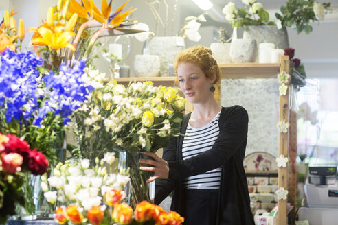 Florist selecting flowers in shop - CUF09045