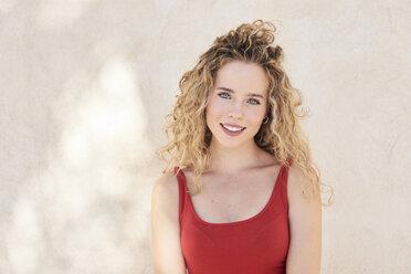 Portrait of smiling blonde woman - IGGF00493