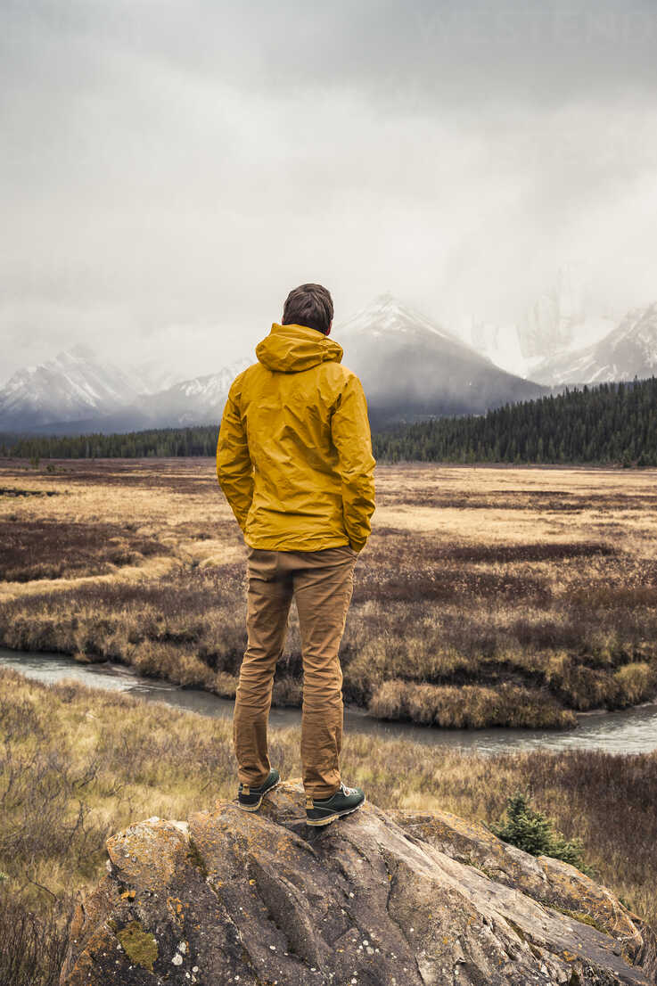 Man standing, looking at view, rear view, Kananaskis Country, Bow Valley Provincial Park, Kananaskis, Alberta, Canada - CUF09612 - Manuel Sulzer/Westend61