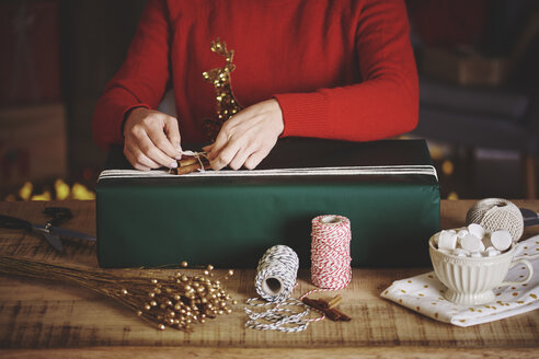 Woman wrapping christmas gift - CUF09630