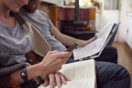 Couple reading together - CUF09911