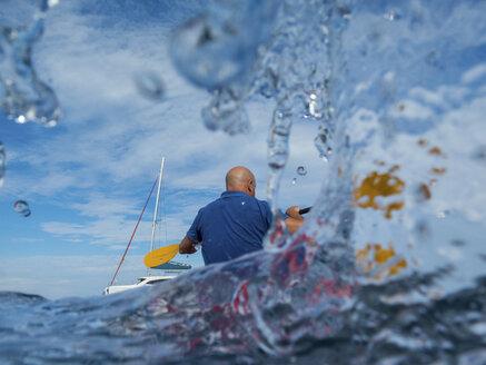 Rear view of man kayaking, Ban Koh Lanta, Krabi, Thailand, Asia - CUF10849