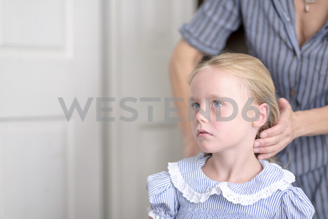 Mother hairdressing her little daughter - HAMF00318
