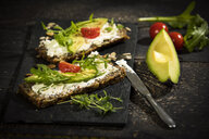 Onion bread with cream cheese, parma ham, avocado, rucola, thyme and tomato - MAEF12598
