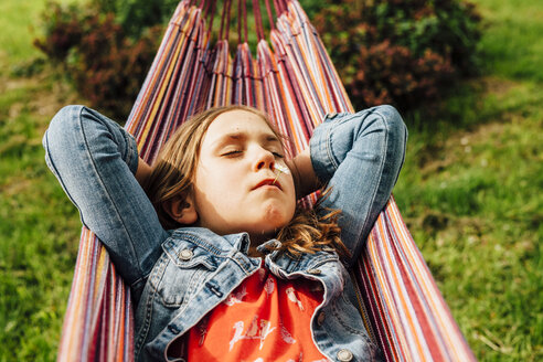 Portrait of little girl relaxing in hammock - ANHF00042